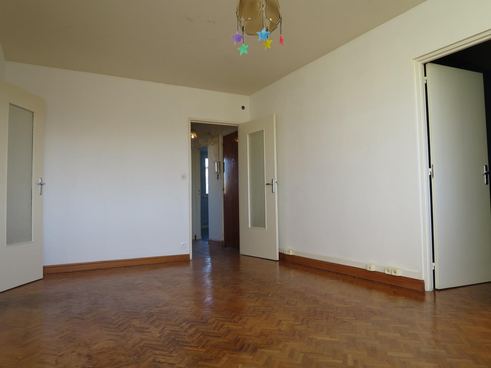 vente appartement de type 4 a renover. Black Bedroom Furniture Sets. Home Design Ideas